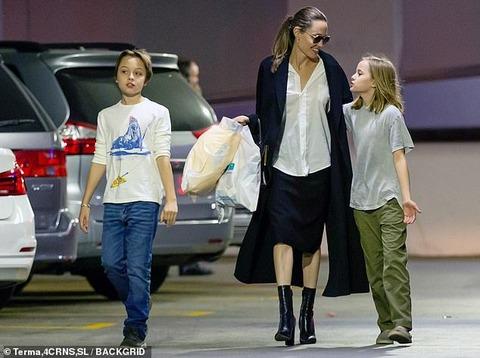 【股間を抑えるヴィヴィアンちゃん…!?】アンジェリーナ・ジョリーが子供たちと一緒にクリスマスショッピング!Angelina Jolie takes her twins out for shopping