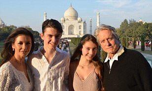 【結婚17周年手をつないでラブラブ…!?】キャサリン・ゼタ=ジョーンズがマイケル・ダグラスと子どもたちを連れてインド旅行!Catherine Zeta=Jones and Michael Douglas visit the Taj Mahal