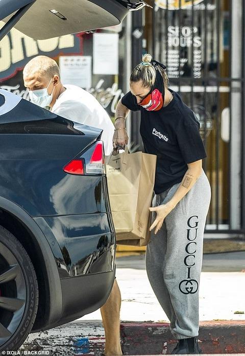【マスクがド派手…!?】マイリー・サイラスと恋人のコーディー・シンプソンがペットショップにお出かけ!Miley Cyrus and Cody Simpson heads to the pet store