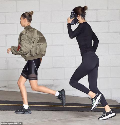 【美脚をアピール…!?】ケンダル・ジェンナーとヘイリー・ビーバーがジョギングにお出かけ!Kendall Jenner and Hailey Bieber step out for a jog