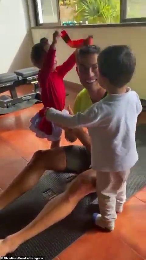 【マッチョぶりがすごい…!?】クリスティアーノ・ロナウドが子供たちと一緒にワークアウト…!Cristiano Ronaldo uses his kids as weights