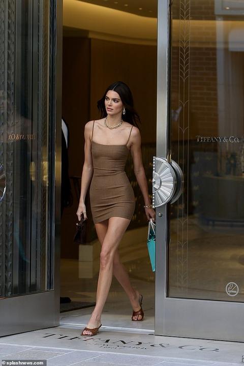 【すんごい美脚…!?】ケンダル・ジェンナーがティファニーにお出かけ!Kendall Jenner at Tiffany & Co. in Beverly Hills