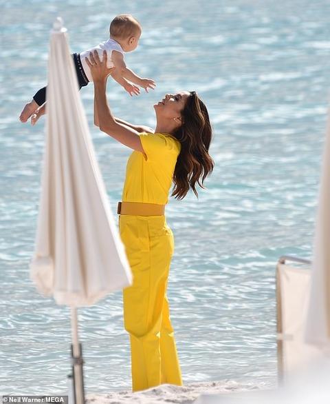 【サンチアゴくん激カワ…!?】エヴァ・ロンゴリアが10ヶ月の息子とビーチで撮影!Eva Longoria and son Santiago at photo shoot
