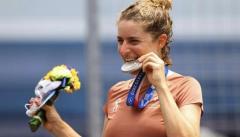なぜ五輪選手はメダルをかじるのか? 大会公式は「食べられません」と注意喚起