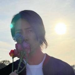 山下智久、花へのキス写真にファン大興奮「ガン見しちゃう」「美しすぎる」