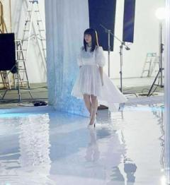 橋本環奈、ひざ上丈の純白ワンピース姿で魅了「妖精ですか?」