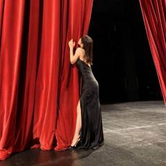 吉岡里帆、カーテン抱きつく姿に反感の声「下品に見える」「あざとい」