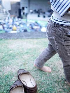 芝生で裸足