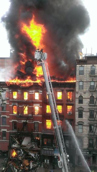 【画像速報】 ニューヨークのマンハッタンでビルが爆発炎上中