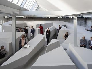 【建築】「動く」という観点から考えた机も椅子もない「未来のオフィス」(写真あり)