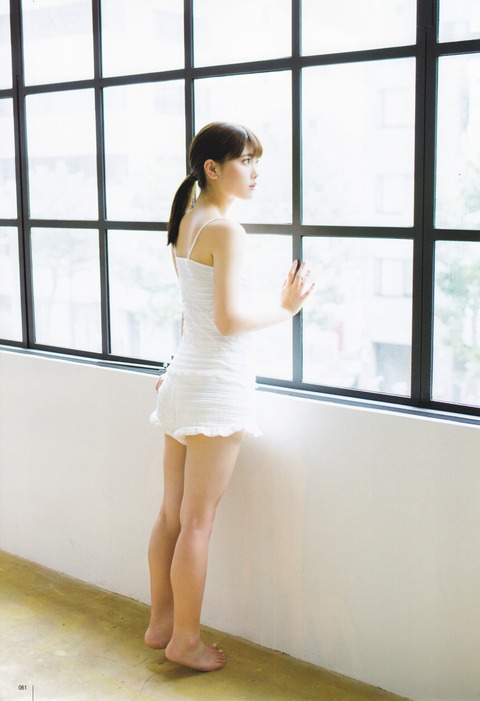 窓の外を眺める伊藤純奈