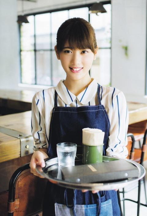 カフェの店員さんを演じる伊藤純奈