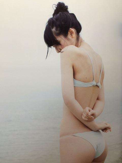 美尻がセクシーな松岡菜摘の水着画像
