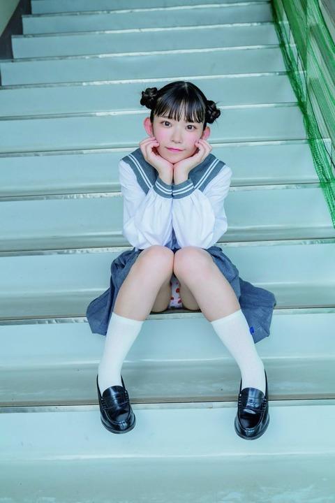 【画像あり】合法ロリFカップ長澤茉里奈さん、26歳の誕生日にセーラー服を着てパンチラ→8歳・小3のファンの女の子が真似する