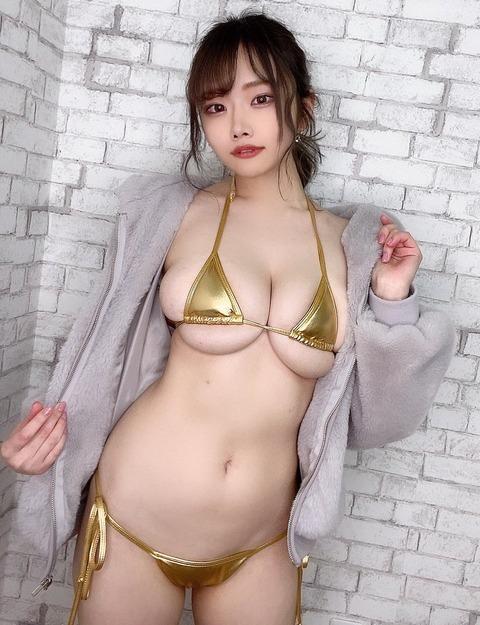 【悲報】陰キャ女子、脱いだら爆乳だったww
