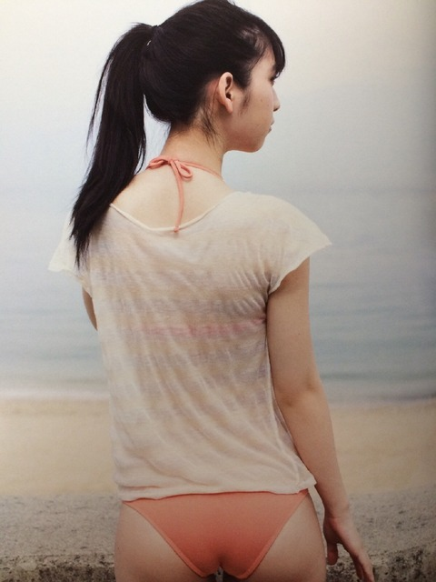 松岡菜摘のセクシーな美尻に水着が食い込む画像