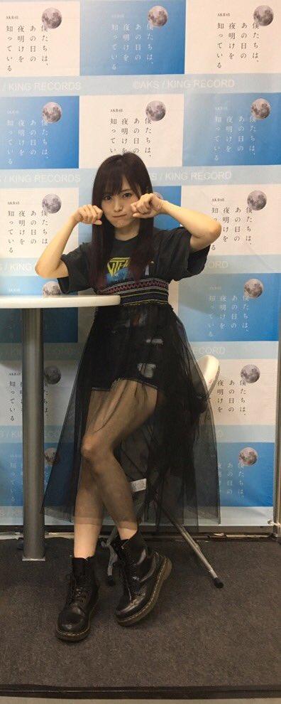黒い服で少し透けてる私服の山本彩