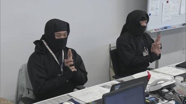 滋賀県甲賀市 市役所職員ももちろん忍者 黒装束に身を包み「にんにんにん」と唱えている