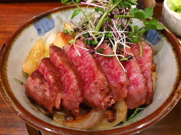 このフォアグラ入りステーキ丼1000円だせますか?