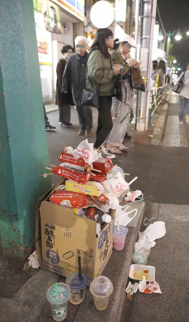 【画像あり】 新大久保が食べ歩きグルメのポイ捨てでゴミだらけに 日韓友好(笑)