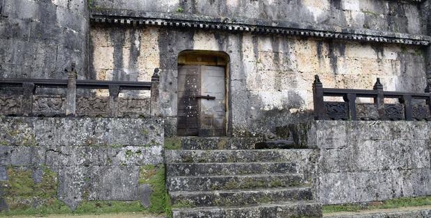 琉球王の墓、扉が壊れて1年以上施錠されず