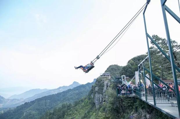 【事故待った無し】中国の山頂にあるテーマパークが世界中のどの遊園地よりもマジ絶叫出来ると話題に!