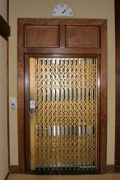 手動で開けるタイプのエレベーターです。本件のエレベーターではありません。