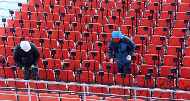 【画像】韓国、平昌五輪の開閉会式会場、寒さ対策のため急遽、嫌な予感がするヒーターを観客席に設置
