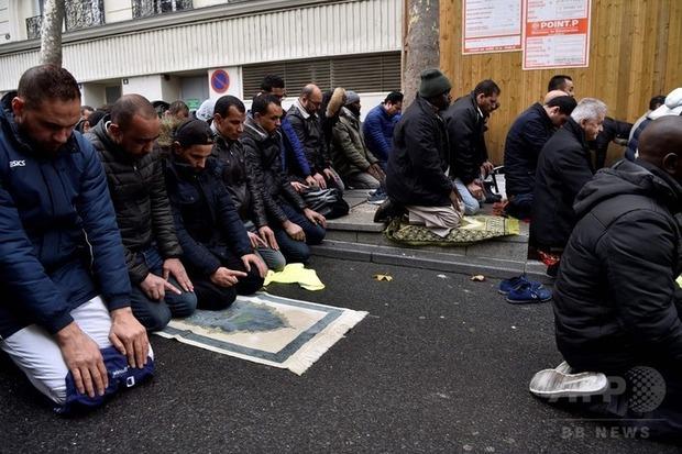 フランス「イスラム教徒よ、道路上で集団礼拝するのはやめてくれ」