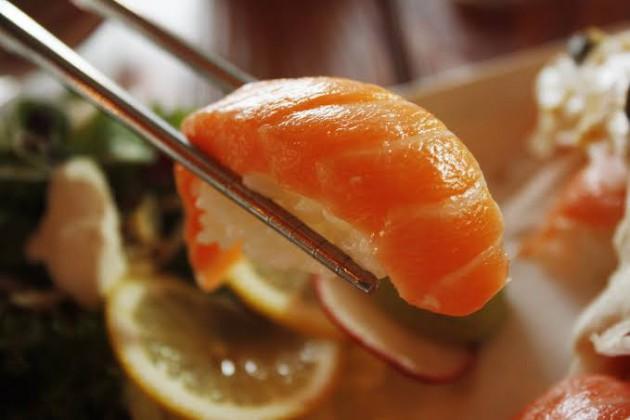 寿司屋行ってサーモン食べるやつww