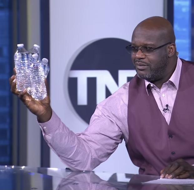 元NBAスター選手のシャキール・オニール(身長216cm)片手でペットボトルを4本も掴んでしまう