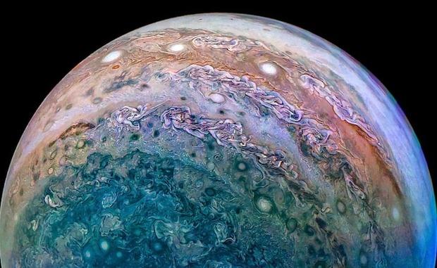 【画像】おどろおどろしい溶岩の世界!?木星の北極の正体が公開される