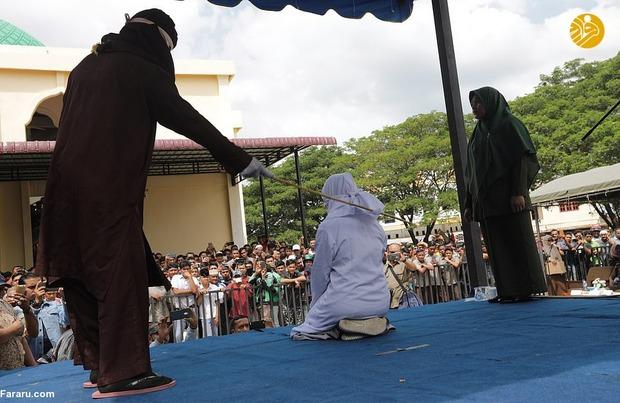 インドネシアの10代のカップル 外で抱き合っただけで公開鞭打ち