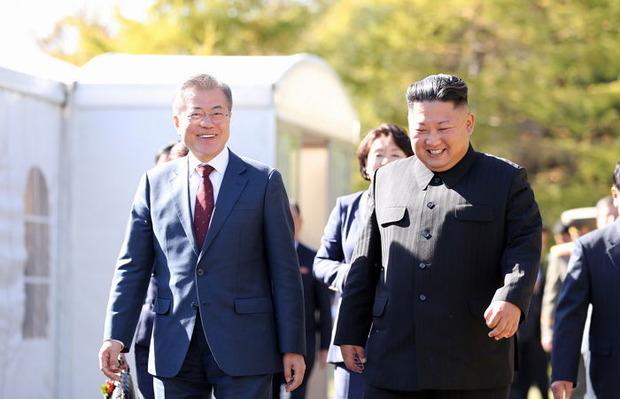 北朝鮮に訪朝している文在寅大統領と別れるのを惜しむ金正恩「もう1日だけ一緒にいない?」と提案
