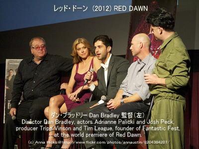 レッド・ドーンのスタッフ画像(左よりダン・ブラッドリー Dan Bradley 監督、右二人目トリップ・ヴィンソン Tripp Vinson プロデューサー)
