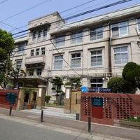 福岡市の繁華街旧大名小学校内で殺人、男性1人刺され死亡 犯人は逃走