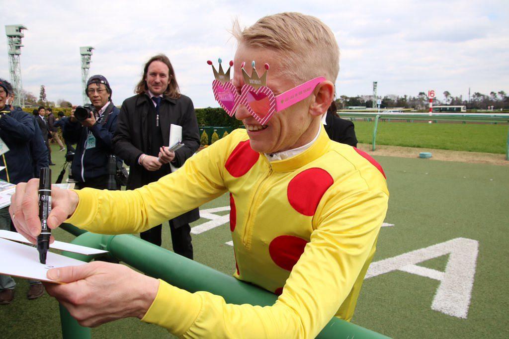 【競馬・動画】落馬重体から意識回復したミナリク騎手、歩行器を使って歩く
