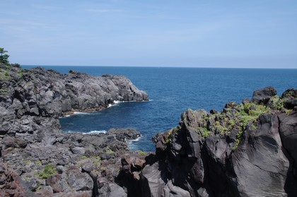 岩がごつくて、その先にあるのは崖