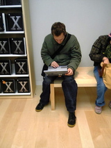 Apple Store 店内の人