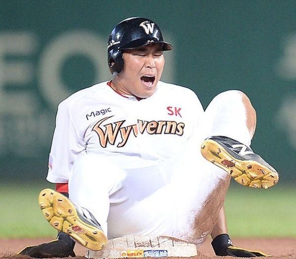 【閲覧注意】韓国のプロ野球選手が試合中に靭帯断裂…足がありえない方向に曲がる