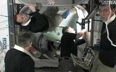 capture NASA TV_hatch open