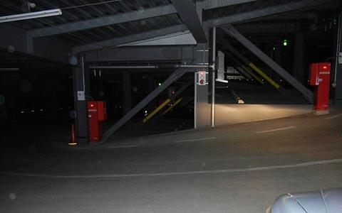 真っ暗な駐車場は不気味