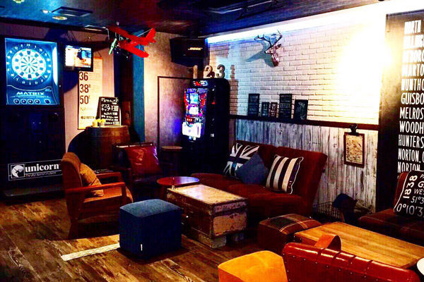 大阪のボーイズバー「クロヒゲ」の店内画像