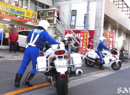 白バイ隊員でも押しゴケしちゃう。エネオス湯島SSでバイクをこかしてしまう白バイさんの珍しい映像。