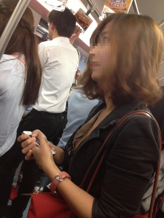 【激写】 満員電車でブラジャーが浮いて乳首見えてるOLwww(画像あり)