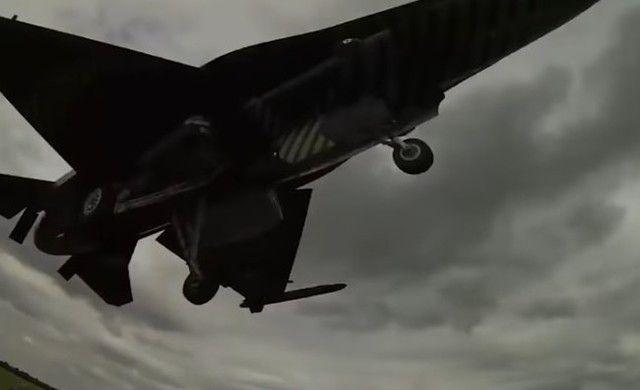 【動画】 迫力満点。戦闘機の驚きの低空飛行の映像のまとめww!!