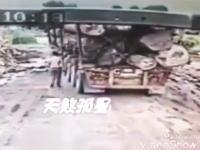 ドスッ!トラックの荷台から落ちた大きな丸太に潰された男性。