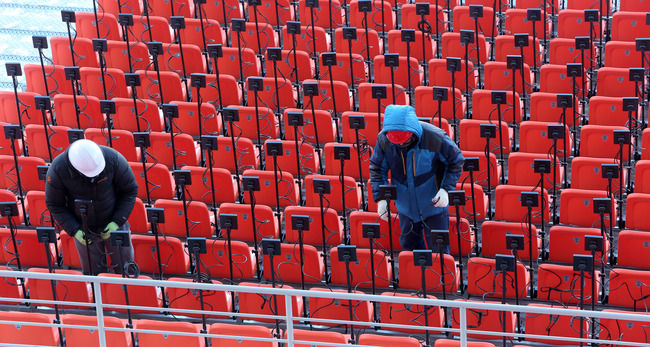 【画像】韓国、平昌五輪の開閉会式会場で寒さ対策のため急遽、嫌な予感がするヒーターを観客席に設置