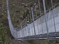 スイスに世界最長の歩行者用吊り橋がオープン(動画)長さ約500メートル。