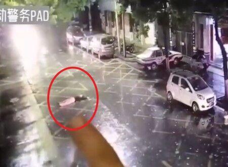 【カオス】酔っぱらって道のど真ん中で寝た女性が無免許運転の男性に轢き潰される映像